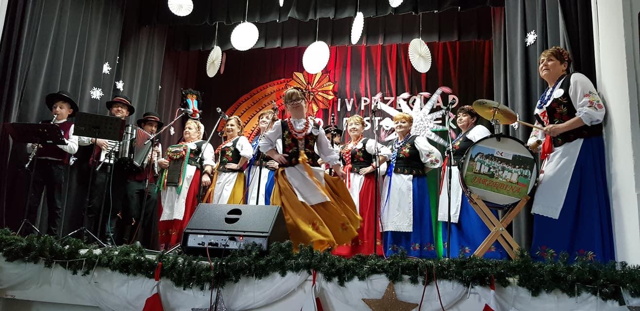 zdjęcie zespołu Jarzębina na scenie IV przeglądu kolęd i pastorałek w Złotym Stoku