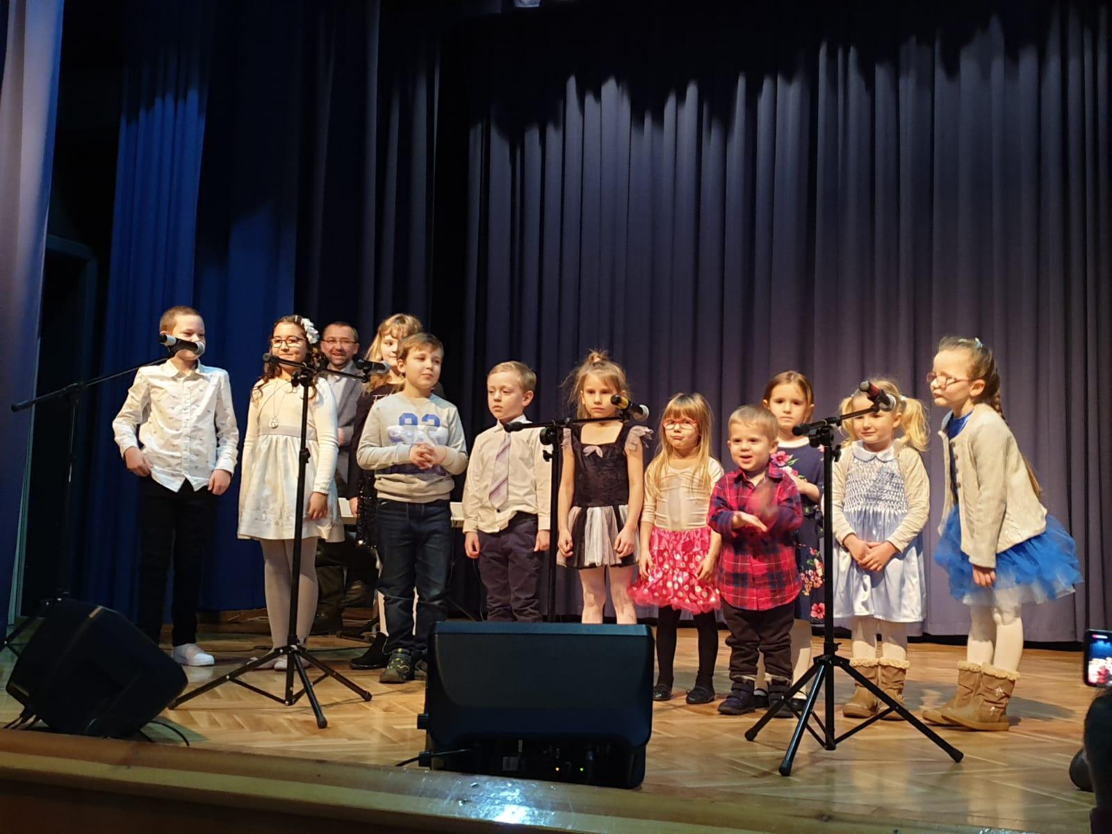 na zdjęciu widzimy grupę śpiewających dzieci